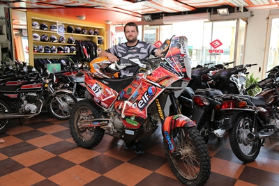 Laurent Lazard junto a la moto con la que participó en el reciente Dakar