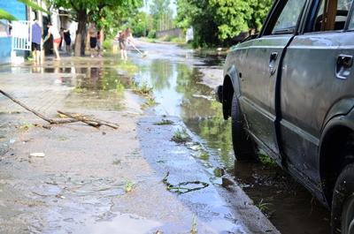 Los vecinos se unen para tratar de impedir que el agua invada sus viviendas