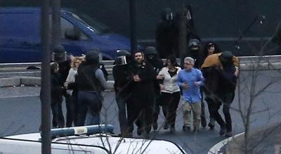 La policía evacúa el supermercado que había sido copado por un terrorista