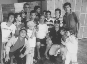 Orestes y Pedro, junto a un grupo de escolares.