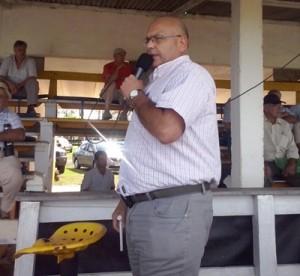 Otto Fernández rematando el martes  en Parada Fariña