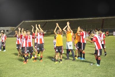 El aplauso de los jugadores hacia los hinchas salteños que llegaron a Paysandú