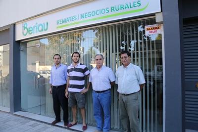 Integrantes del escritorio Enrique Beriau frente a su  local en la nueva ubicación