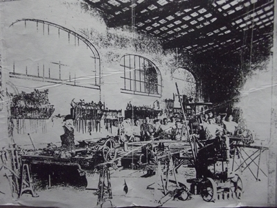 El taller de herrería con Luis a la iquierda.