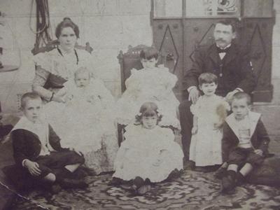 Luis sentado a la izquierda abajo con su familia
