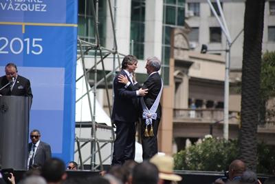 Amado Boudou se abraza a Tabaré Vázquez en medio de los silbidos (Foto: Vicente Massarino)