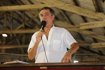 Gerardo Zambrano conduciendo las ventas