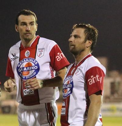 """""""El Pato"""" Conti junto a Luis Facio antes de comenzar el partido ante Cerro Largo"""