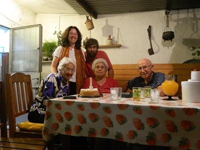 Dora, junto con Ana Bentancor, Pancho García, Adela y Ángel en su cumpleaños 83
