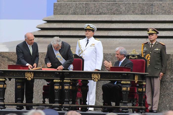 Mujica firmando el acta de transmisión del mando