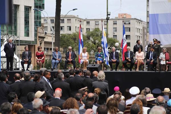 Minutos después de recibir la banda presidencial, Vázquez impuso en sus cargos al nuevo gabinete