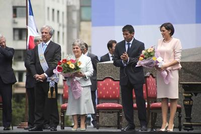 Los nuevos jerarcas del gobierno nacional con sus respectivas esposas que recibieron  ramos de flores de los niños de la Escuela Yugoslavia