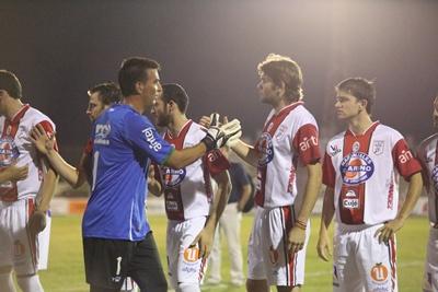 El saludo de los jugadores de Cerro Largo con los salteños. En la foto: Luis Facio, Alexander Píriz, Matías Flores saludando a Diego Pérez de Cerro Largo y José González