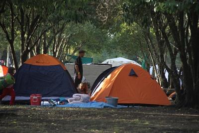 El camping era uno de los lugares que comenzó a poblarse ayer por la tarde cuando a medida que llegaban vehículos las carpas se iban erigiendo paulatinamente