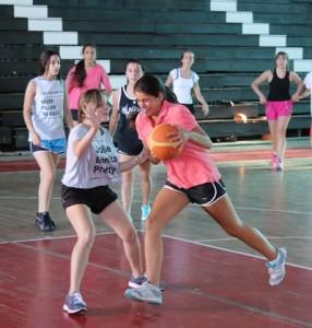 Julieta Escobar ante la defensa de Milagros Sanchez en la practica del pasado viernes en el gimnasio de Universtario