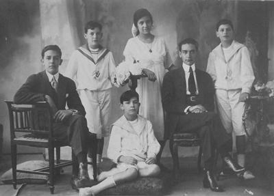 Julio Emilio junto a sus cinco hermanos