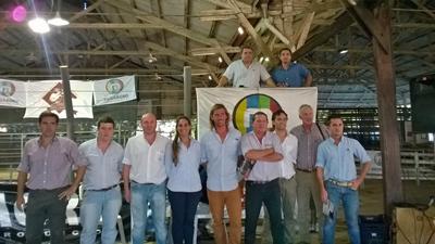 Integrantes del Escritorio MEGAAGRO y de la cabaña vendedora anoche en las instalaciones  de la Asociación Agropecuaria de Salto, durante el remate