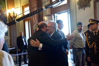 Coutinho se estrechó en un abrazo con el flamante presidente