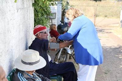 Una enfermera de salud pública atiende a los ancianos