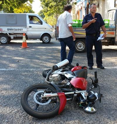 En Artigas y 25 de Agosto un motonetista chocó con una camioneta de repartos