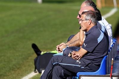 El entrenador de la selección uruguaya de fútbol, Óscar Tabárez, asiste a un entrenamiento de su equipo en las canchas secundarias del Estadio Calvo y Bascuñán de Antofagasta (Chile).  El DT planteó sus apuntes antes del juego ante Argentina, por la segunda fecha del Grupo. Uruguay enfrenta a Argentina en un partido por el B de la Copa América este 16 de junio. EFE/JAVIER VALDÉS LARRONDO