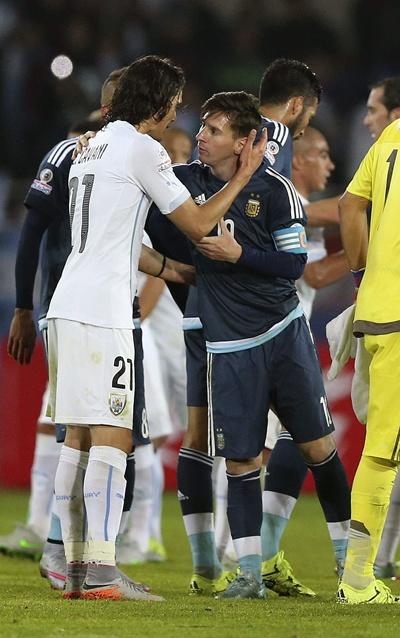 El delantero argentino Leo Messi (d) saluda al delantero uruguayo Edinson Cavani (i) al finalizar el partido Argentina-Uruguay, del Grupo B de la Copa América de Chile 2015, en el Estadio La Portada de La Serena , Chile, 16 de junio de 2015. EFE/Mario Ruiz