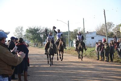 """""""Corralera 664"""" (Corralero Mileño x Corralera 383) de cabaña Sarandí de Suc. Carlos A. Dolz con Juan González (Chaleco 11), """"Naranja San Telmo"""" (Molles del Paraisal x Tijera Incauta) de cabaña San Telmo de Horacio y Diego de Brum con Elder Dornelles (Chaleco 30) y """"Baqueana Rumbeadora"""" (Reposero La Invernada x Macaca Rumbeadora) de cabaña El Rumbo de Gustavo Souza con Gonzalo Souza  (Chaleco 51)- Tercer, cuarto y quinto puesto de la categoría mayores."""