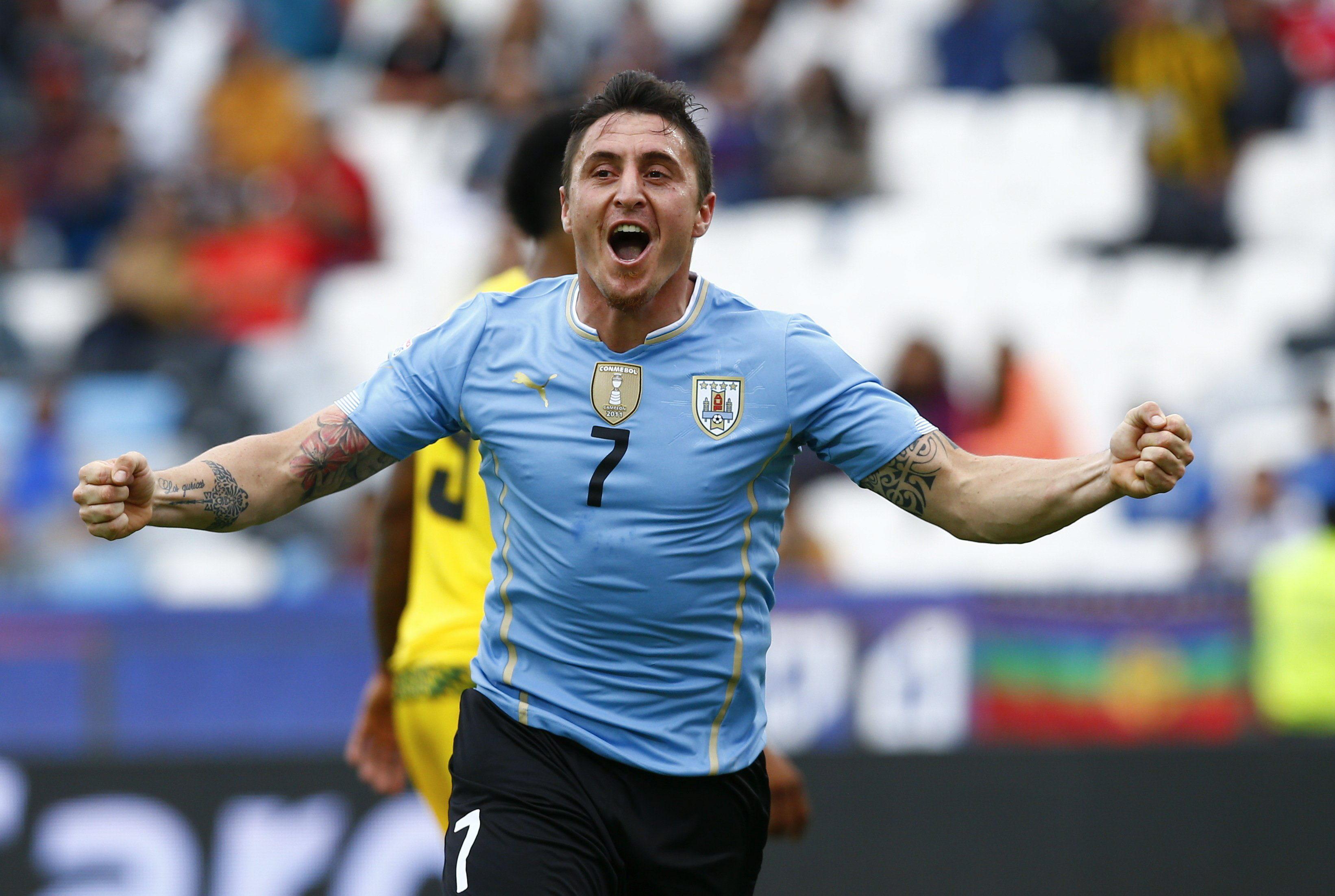 El centrocampista uruguayo Cristian Rodríguez celebra su gol, primero del equipo, durante el partido Uruguay-Jamaica, del Grupo B de la Copa América de Chile 2015, en el Estadio Regional Calvo y Bascuñán de Antofagasta, Chile, hoy 13 de junio de 2015. EFE/Javier Valdés