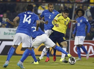 El delantero colombiano Radamel Falcao (d) con el balón ante el defensa brasileño Thiago Silva (i) durante el partido Brasil-Colombia, del Grupo C de la Copa América de Chile 2015, en el Estadio Monumental David Arellano de Santiago de Chile,  17 de junio de 2015. EFE/Kiko Huesca