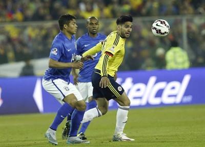El centrocampista colombiano James Rodríguez (2d) lucha el balón con los brasileños Dani Alves (3d) y Fernandinho (2i), durante el partido Brasil-Colombia, del Grupo C de la Copa América de Chile 2015, en el Estadio Monumental David Arellano de Santiago de Chile,  17 de junio de 2015. EFE/Felipe Trueba