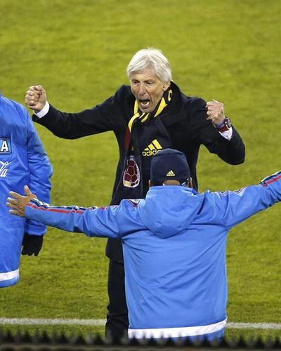 El entrenador de la selección colombiana, José Pekerman, celebra al victoria al término del partido Brasil-Colombia, del Grupo C de la Copa América de Chile 2015, en el Estadio Monumental David Arellano de Santiago de Chile, 17 de junio de 2015. EFE/Carlos Succo