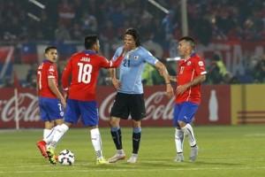 El delantero uruguayo Edison Cavani (2d) discute con el defensa chileno Gonzalo Jara (i) durante el partido Chile-Uruguay, de cuartos de final de la Copa América de Chile 2015, en el Estadio Nacional Julio Martínez Prádanos de Santiago de Chile.5. EFE/Kiko Huesca