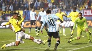 El delantero argentino Lionel Messi (c) ante el centrocampista colombiano Edwin Andrés Cardona (i) durante el partido Argentina-Colombia, de cuartos de final de la Copa América de Chile 2015, en el Estadio Sausalito de Viña del Mar, Chile. EFE/Juan Carlos Cárdenas