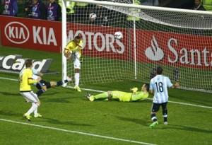 El defensa colombiano Juan Zúñiga (c) despeja el balón ante el defensa argentino Nicolás Otamendi (2i) durante el partido Argentina-Colombia, de cuartos de final de la Copa América de Chile 2015, en el Estadio Sausalito de Viña del Mar, Chile.EFE/Javier Valdés