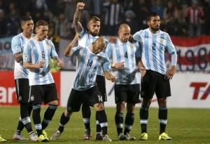 Los jugadores argentinos celebran un gol de la tanda de penaltis durante el partido Argentina-Colombia, de cuartos de final de la Copa América de Chile 2015, en el Estadio Sausalito de Viña del Mar, Chile. EFE/Juan Carlos Cárdenas