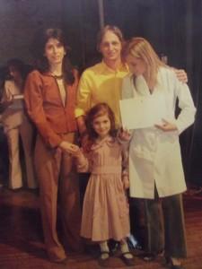 Recibiendo el diploma de maestra junto a su hija mayor