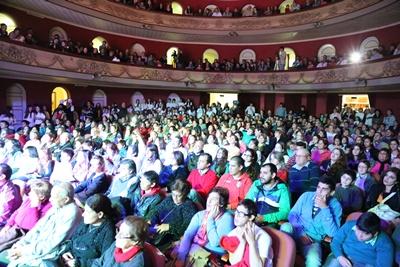 Mucho público desbordó el teatro, disfrutó con la fiesta y contribuyó con la obra de la Asociación Down