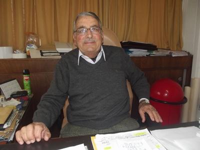 Leonel en su escritorio