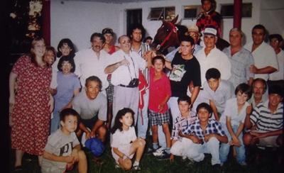 La familia unida por el triunfo de uno de sus caballos de carrera