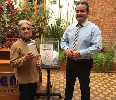 Sra. Eder González recibiendo su premio