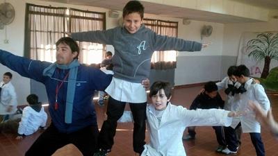 El Lic. Carlos Cámara trabajando con escolares de la Villa