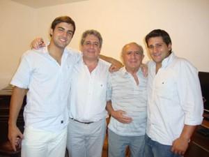 Dr. Guglilmone al medio con padre e hijos
