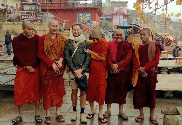 Con un grupo de monjes en Nueva Delhi, India