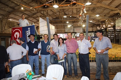 Integrantes de Bayucuá junto a integrantes de las firmas rematadoras ayer en la agropecuaria