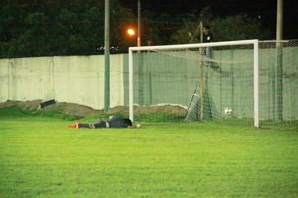 El tercer gol tricolor ya con Malaquina vencido y la pelota en la red para el festejo tricolor