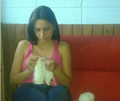 Evangelina haciendo prendas de crochet en su casa