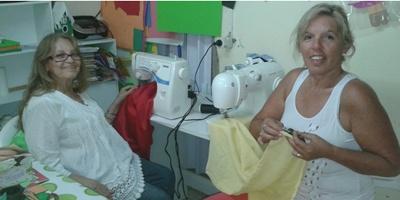 Sonia y su hija Rosana en su taller de manualidades