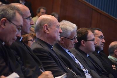 Mons. Pablo Galimberti al centro de la fila presente en la actividad