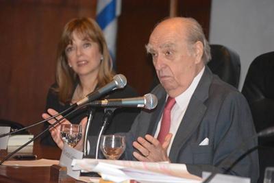 Dr. Julio María Sanguinetti y Prof. Ana Ribeiro (en segundo plano)