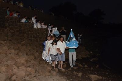 Luego de los ritos junto a la imagen los fieles se dirigen a la orilla del río para depositar en él sus ofrendas